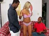 Dos negros dotados le dan una doble penetración a la rubia - Interracial