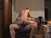 Follando con la guarra de mi esposa en una silla : porno casero