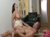 El marido le pega un buen repaso a las tetas grandes de su esposa