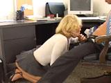 La secretaria se pone de rodillas y come rabo antes de follar - Varios