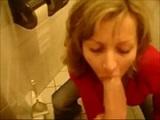 Follada amateur de esta pareja de casados en el lavabo del restaurante
