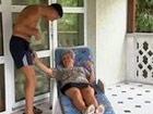 Abuela salida echa mano al paquete del nieto