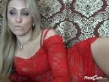 Madura excitada con un vestido rojo se masturba en su webcam
