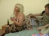 Esta madre tan viciosa se emborracha para follar duro con su hijo