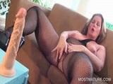Madura muy caliente da mucho placer a su enorme y dilatado clítoris - Masturbaciones