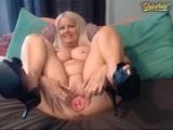 Abuela muy cachonda se masturba con un gran dildo y lo emite