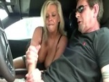 Prostituta muy viciosa le hace una buena paja al cliente