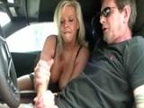 Prostituta muy viciosa le hace una buena paja al cliente - Masturbaciones