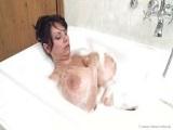 Joder que buen baño se pega la madura de tetas grandes Milena Velba