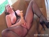 La guarra madura con una polla de goma se corre del placer - Masturbaciones