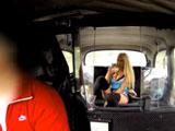 Madura milf de tetas gordas poniendo dura la polla del taxista