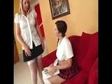 Profesora madura le de clases de anatomía a una joven caliente