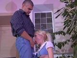 Este hombre adinerado se folla a su nueva mujer de la limpieza