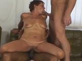 Madura se deja follar por su hijo y un amigo negro bien dotado - Trios Porno