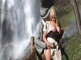 Madura alemana follando fuerte en la orilla de una cascada