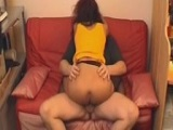 Follando bien fuerte a su esposa con las medias en el sofá