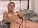 Mi madre esta sola en casa y me pide que la grabe masturbándose