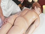 Tocando el culo de la madura el masajista se la acaba cepillando