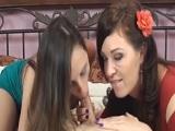 Hija y madre juntas disfrutando con una gran mamada doble