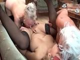 La nieta se anima a hacer un trío lesbico con sus dos abuelas - Lesbianas