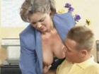 Madura oficinista seduce al joven informático