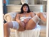 La sensual madura Lelani Tizzie se masturba frente al espejo