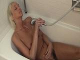 Mi mujer se relaja en la ducha masturbando su coño peludo