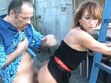Este tío casado disfruta follando a una prostituta en la calle