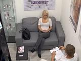 Esta paciente rubia es seducida por su medico de cabecera - Treintañeras