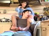 Madre le hace una masturbación con los pies a su hijo en la cocina