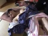 Japonesa con kimono y el coño peludo hace una caliente mamada