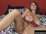 Madura morena se mete los dedos en el coño delante de la webcam