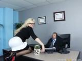la secretaria le pone el coño en la cara a su jefe y este le sube el sueldo