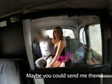Joven chica inglesa abusada sexualmente en el asiento de un taxi falso