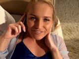 Su novio la masturba mientras habla con el móvil con su madre