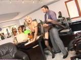 Secretaria madura deja que se la follen todos en la oficina