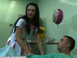 La enfermera Aletta Ocean limpiando una polla en el trabajo