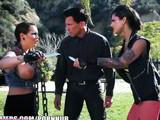 2 chicas heavys tatuadas deciden follarse a Marco Banderas