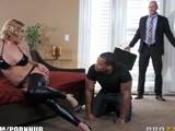 Sorprende a su mujer con un negro cuando llega de trabajar