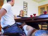 Su novia se la chupa por debajo de la mesa en la comida familiar