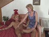 Cambia su muñeca hinchable por el coño de su abuela