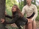 A la madura casada le gusta follar en el parque público
