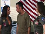 Las reclutas del ejército hacen maniobras con mi cuerpo