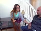 Hija ayuda a su padre a terminar de hacerse una paja