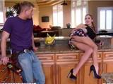 La ama de casa se deja tocar el culo por el fontanero