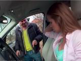 Ninfómana al volante pone cachondos a los tíos de la calle