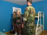 2 soldados folladoras hacen un trío con el teniente