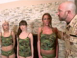 Las reclutas ponen las pollas firmes en el cuartel