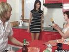 Familia incestuosa haciendo un trio en la cocina