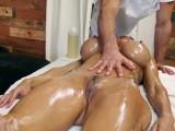 Desesperados por masajear el cuerpo de una pornostar